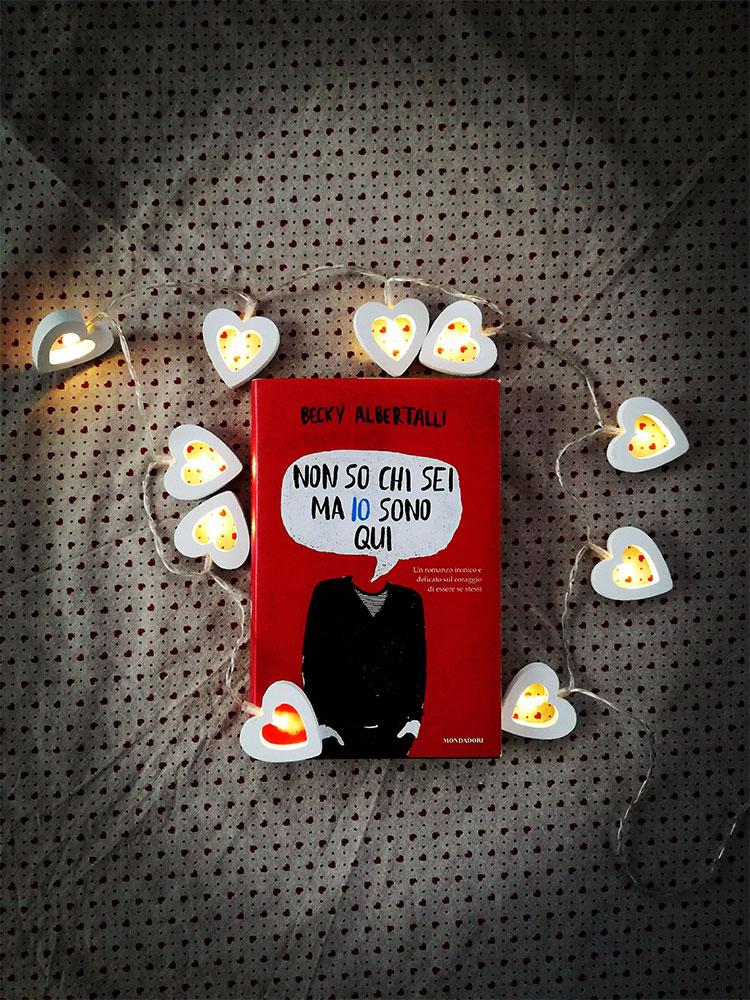 """""""Non so chi sei ma io sono qui"""" di Becky Albertalli: una storia d'amore dolce, tenera e davvero unica"""